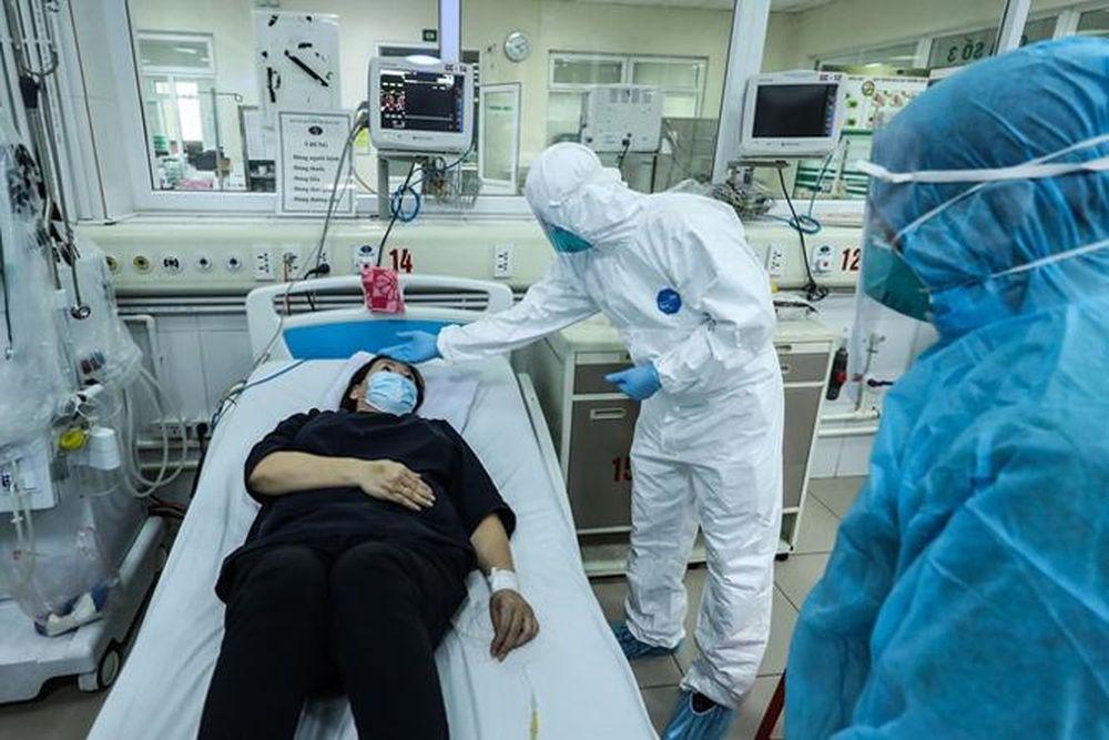 Thăm khám và điều trị cho bệnh nhân COVID-19 tại Bệnh viện Bệnh nhiệt đới trung ương.
