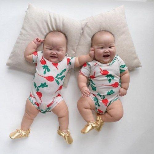 \u201cNhư hai giọt nước\u201d từ khuôn mặt, hình dáng bụ bẫm đến cách hai bé cười.