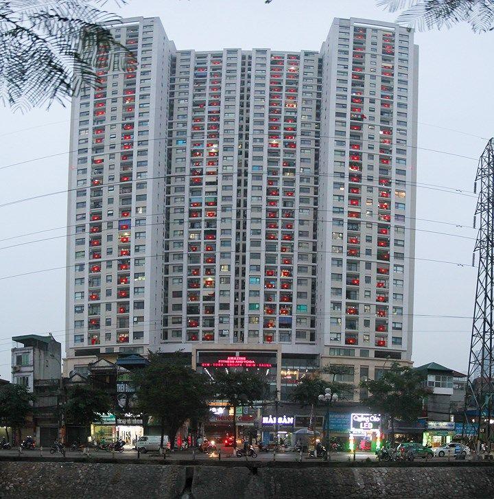 Để kỷ niệm ngày Giải phóng miền Nam, thống nhất đất nước 30/4, mới đây cư  dân tòa chung cư Helios (Tam Trinh, Hoàng Mai, Hà Nội) đã đồng loạt treo cờ  ...