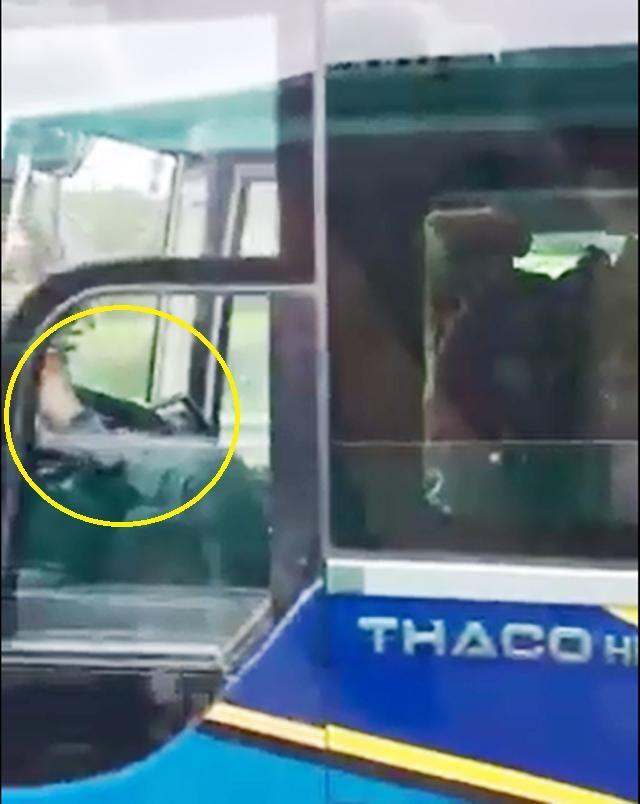Hình ảnh tài xế lái xe khách bằng chân. (Ảnh cắt từ clip)