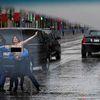 Người phụ nữ bán khỏa thân lao ra chặn xe Tổng thống Trump giữa Paris