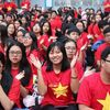Học sinh TP HCM nhuộm đỏ sân trường tiếp lửa tuyển Việt Nam