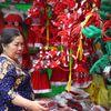 Người Sài Gòn tất bật mua đồ Giáng sinh, thông gần chục triệu bán chạy