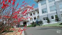 Lạc vào khuôn viên xanh mướt của Đại học Tôn Đức Thắng cơ sở Bảo Lộc, quanh năm hoa đua nở khoe sắc