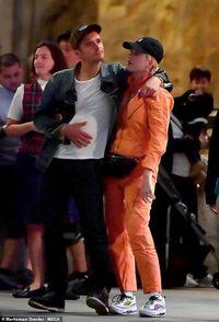 Orlando Bloom ôm hôn Katy Perry trong công viên