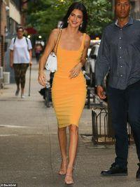 Hot girl Hollywood diện váy dây gợi cảm đi ăn vặt, hình ảnh qua camera mới gây sốc