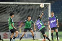 Cầu thủ Myanmar đá phản lưới, sút hỏng penalty trước khi gặp Việt Nam