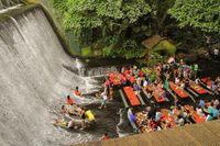 Nhà hàng dưới thác nước hút khách du lịch tại Philippines
