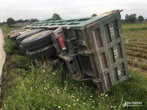 Tránh xe ô tô con, xe tải lật nghiêng xuống ruộng