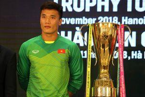 Bùi Tiến Dũng hồi hộp đứng cạnh Cúp Vàng AFF Cup