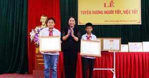 Tuyên dương 2 học sinh lớp 6 nhặt được và trả lại túi vàng trên đường đi học về