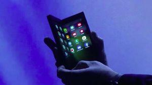 Chiêm ngưỡng hình ảnh 'bằng da, bằng thịt' đầu tiên của smartphone gập do Samsung phát triển