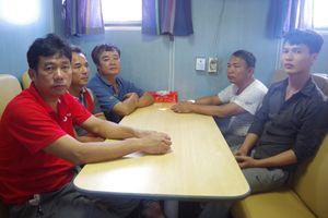 Bộ đội Biên phòng Nghệ An tiếp nhận 10 thuyền viên và tàu cá gặp nạn
