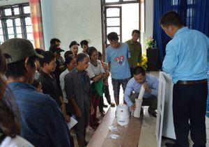 Tặng thiết bị lọc nước, chứa nước cho người dân vùng sạt lở Hòa Bình