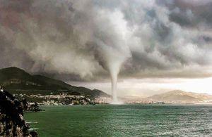 Vòi rồng nước khổng lồ xuất hiện trên bờ biển nước Ý