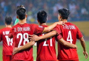 Bùi Tiến Dũng ôm Đình Trọng, Duy Mạnh sau lần đầu thi đấu tại AFF Cup