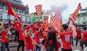 CĐV diễu hành hò hét, đốt pháo sáng trước trận Việt Nam vs Campuchia