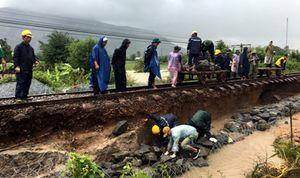 Ảnh hưởng bão số 9: Nền đường sắt Bắc - Nam bị cuốn trôi
