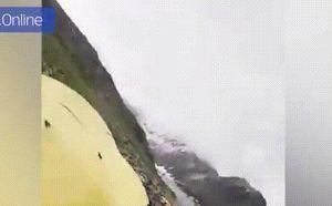 Clip: Đá rơi, đoàn leo núi hoảng loạn tháo chạy, 2 người đàn ông thoát chết trong gang tấc