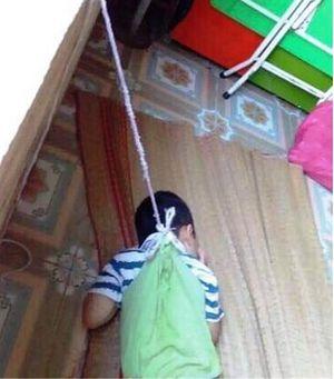 Xác minh vụ bé trai 4 tuổi bị dây buộc vào người treo lên cửa sổ