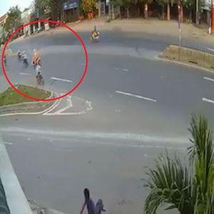 Qua đường ẩu, 2 xe máy va chạm mạnh