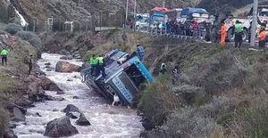 Xe buýt bất ngờ lật đổ, rơi xuống sông làm ít nhất 40 người thương vong