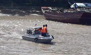 Chìm sà lan hơn 300 tấn trên sông Tiền, 3 người mất tích