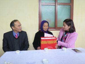 Chủ tịch LĐLĐ Thành phố Nguyễn Thị Tuyến thăm, chúc Tết các gia đình chính sách
