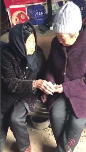 Hàng triệu thành viên mạng chia sẻ khoảnh khắc cụ bà 105 tuổi dặn dò, lì xì con gái 74 tuổi