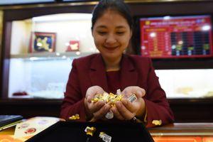 Dân xếp hàng dài, 'Thần Tài' gõ cửa hàng vàng từ sớm