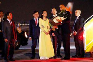 Ba cô gái xinh đẹp từng tặng hoa Tổng thống Mỹ khi đến Việt Nam