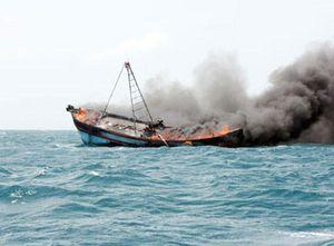 Tàu cá bốc cháy trong đêm, 12 ngư dân thoát chết