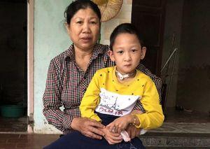 Tấm lòng thơm thảo của cặp vợ chồng già đi tìm sự sống cho con nuôi bị dị tật