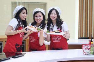 Ajinomoto Cooking Studio chỉ dẫn thí sinh Đại sứ thiện chí Hoa Anh Đào làm sushi