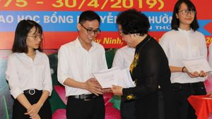 Trao học bổng Nguyễn Văn Hưởng lần thứ 21: 'Về nguồn' để hiểu truyền thống cha ông