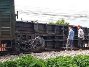 Tàu hàng trật bánh, đường sắt Bắc-Nam lại bị tê liệt nhiều giờ