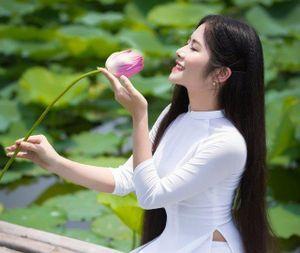 'Công chúa tóc mây' tiếp tục gây sốt với bộ ảnh đẹp mê hồn bên sen