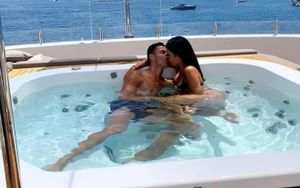 Ronaldo 'khóa môi' bạn gái nóng bỏng trên siêu thuyền