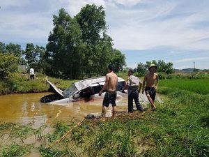 Nghệ An: Ô tô 7 chỗ lao xuống hố sâu, 6 người thương vong