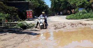 Cận cảnh con đường 'nát như tương', dân qua lại khốn khổ