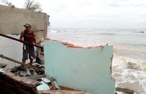 Quảng Ngãi: Sóng biển đánh sập, cuốn trôi nhà dân chỉ trong 20 phút