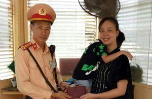 Thông qua Facebook, Trung tá CSGT trả lại ví cho người đánh rơi