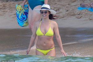 Britney Spears diện đồ tắm vàng rực, vui vẻ nô đùa trên sóng nước