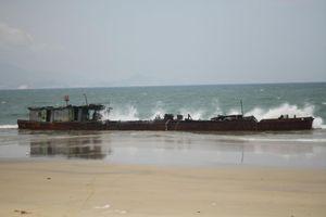 Tàu 'không số' trôi dạt vào vùng biển Quy Nhơn