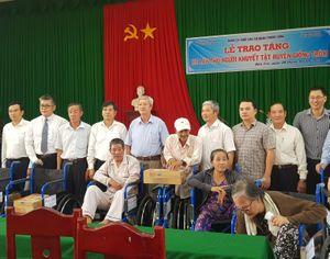 Đảng ủy khối cơ quan Trung ương trao quà cho đồng bào Khmer nhân dịp lễ Sen Đôn-Ta