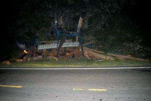 Xe tải mất thắng lao vào vách núi, một người tử vong