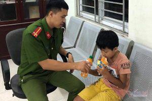 Đạp xe lạc qua cầu Thăng Long, bé trai mệt lả được công an giúp đỡ