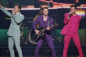 Nick Jonas bị fan nữ sàm sỡ khi đang biểu diễn