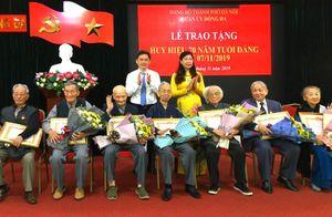 Lãnh đạo thành phố trao tặng Huy hiệu Đảng cho các đảng viên lão thành