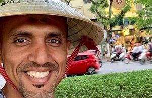 'Vị vua áo đen' cầm còi trận Việt Nam - Thái Lan đội nón lá tham quan hồ Gươm